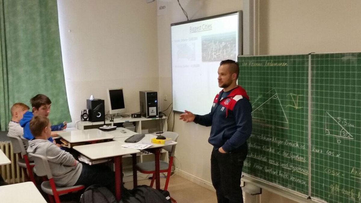 Torjäger Auf Abwegen – Jared Mudryk Gibt Englisch-Unterricht An Selber Mittelschule